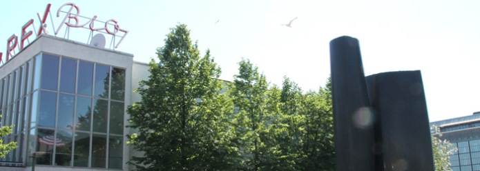 """Paasikiven muistomerkki sijaitsee Lasipalatsin ja Mannerheimintien vieressä. Sen jalustaan on kirjattu Paasikiven motto """"Kaiken viisauden alku on tosiasiain tunnustaminen""""."""